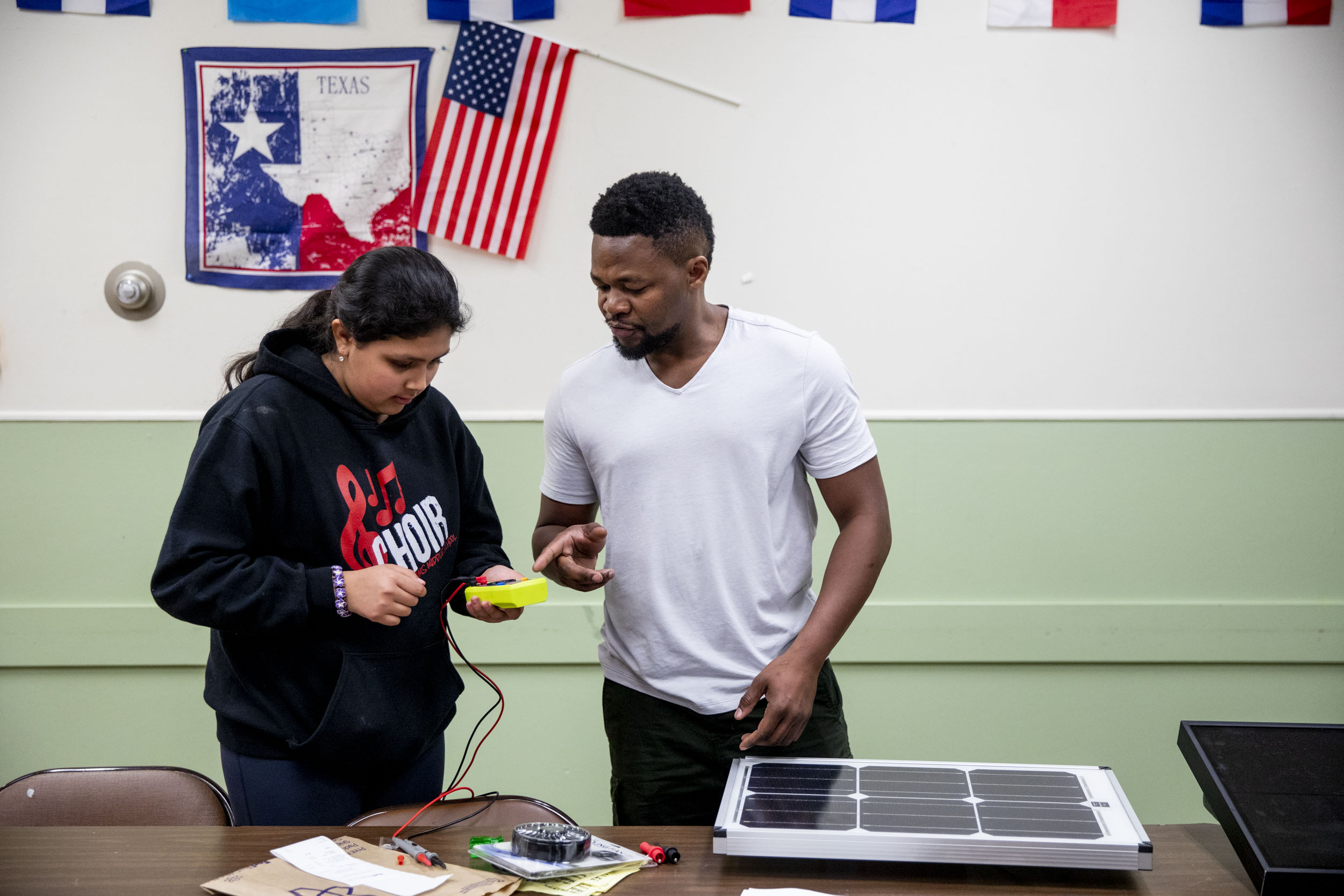 Edwin show a young Seattleite how to set up solar panels