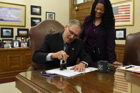 Gov. Jay Inslee vetoes a bill