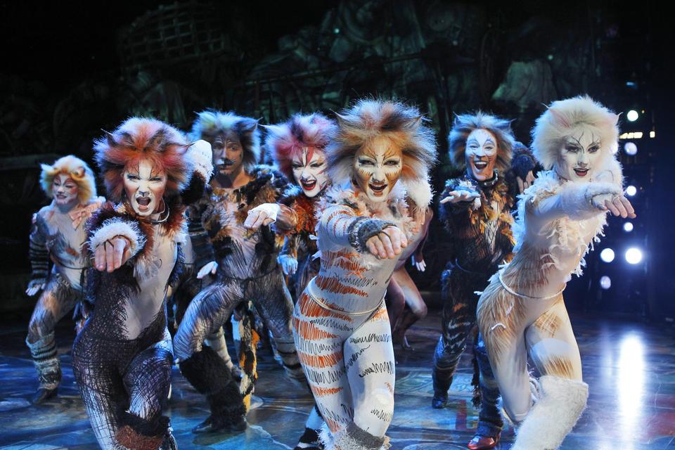 Despite a few cracks, CATS lands in Seattle in full musical